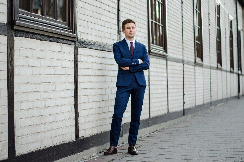 Jak wybrać garnitur po raz pierwszy - Granatowy garnitur brązowy buty