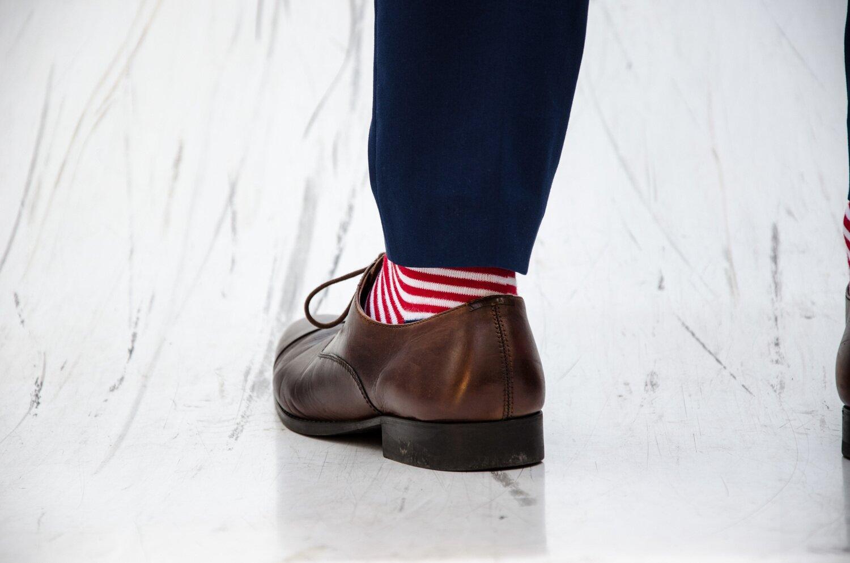 Jak wybrać garnitur po raz pierwszy - Granatowy garnitur brązowe buty