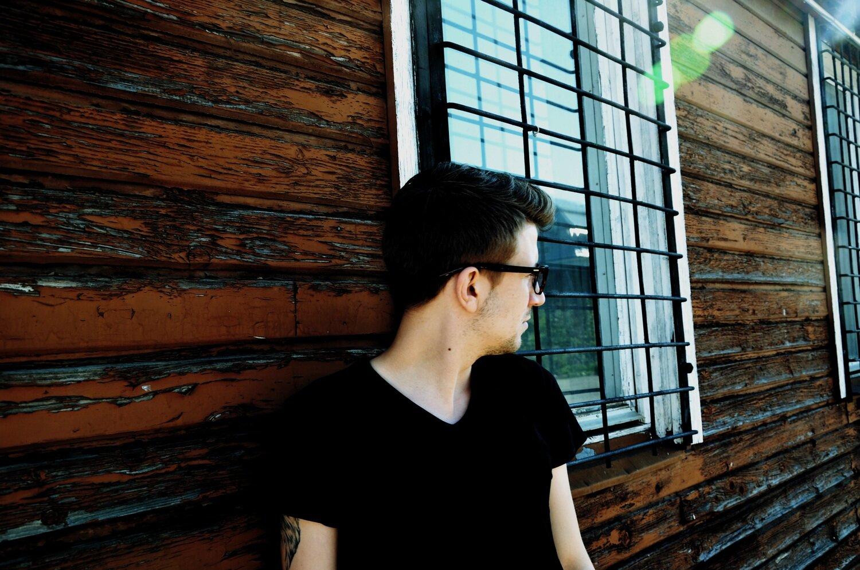 GMALE by Grzegorz Paliś, blog o modzie męskiej, trampki American Eagle, białe trampki męskie, czarna koszulka męska, okulary męskie, Dworzec Towarowy