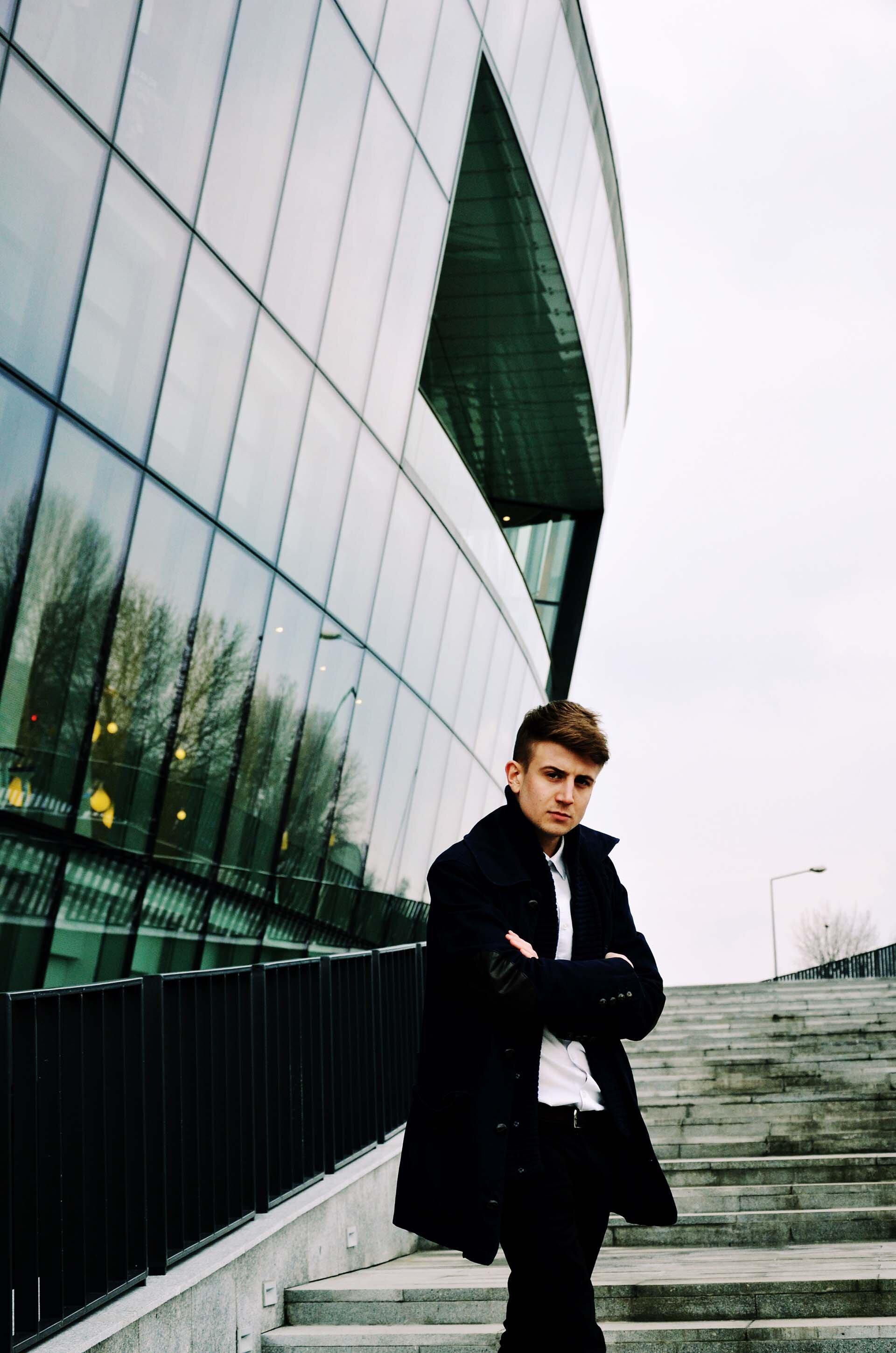 GMALE by Grzegorz Paliś, blog o modzie męskiej, Centrum Kongresowe ICE, granatowy płaszcz męski, Pull&Bear