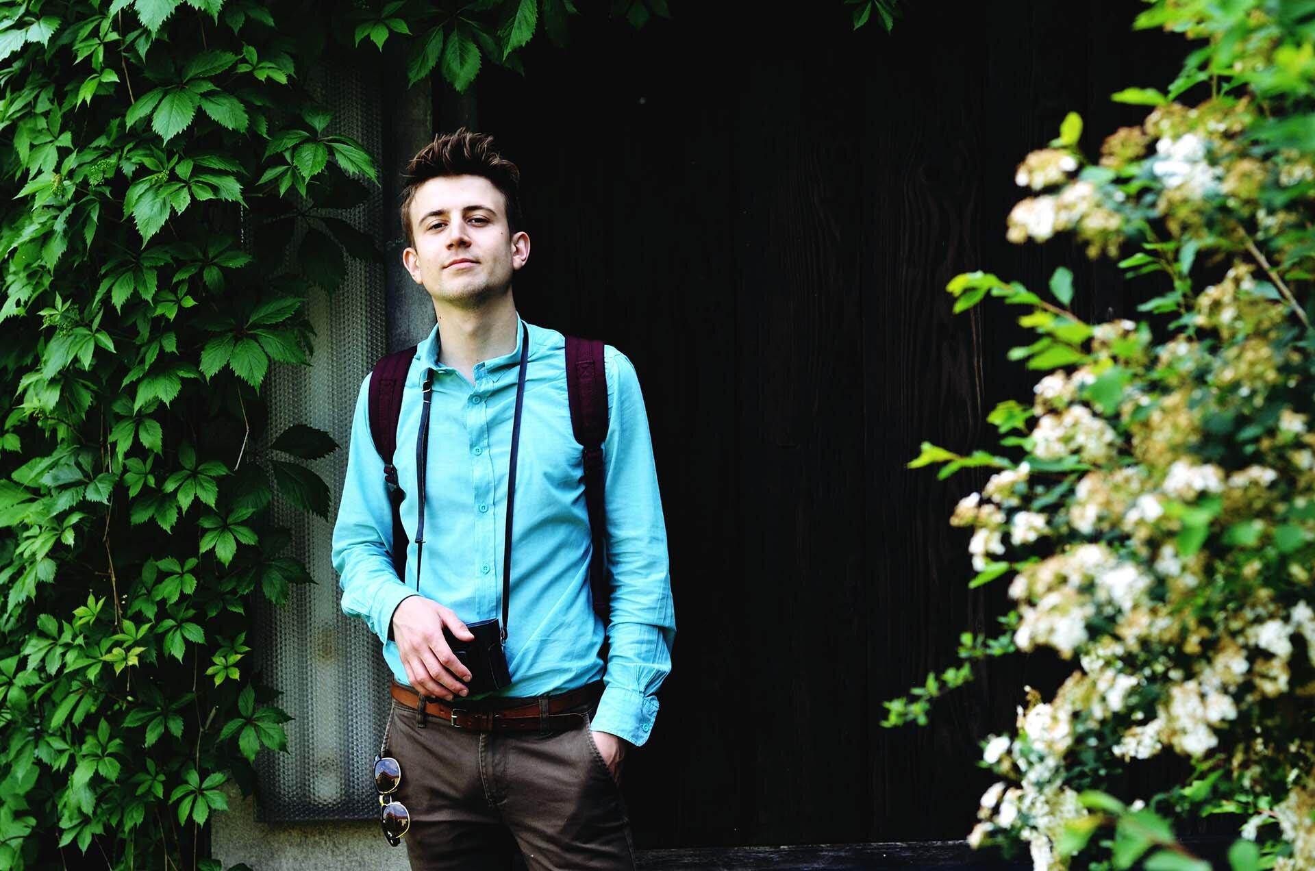 GMALE by Grzegorz Paliś, blog o modzie męskiej, Ogród Muzeum Archeologicznego, bordowy plecak, mokasyny, miętowa koszula