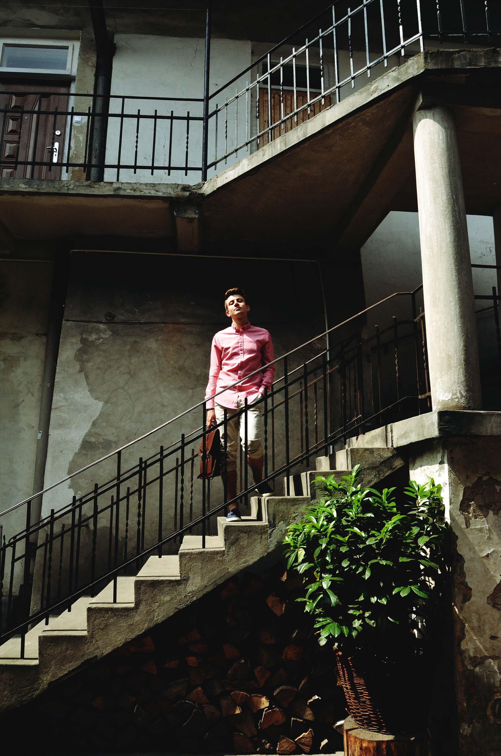 GMALE by Grzegorz Paliś, blog o modzie męskiej, blado czerwona koszula, torba męska, Kazimierz