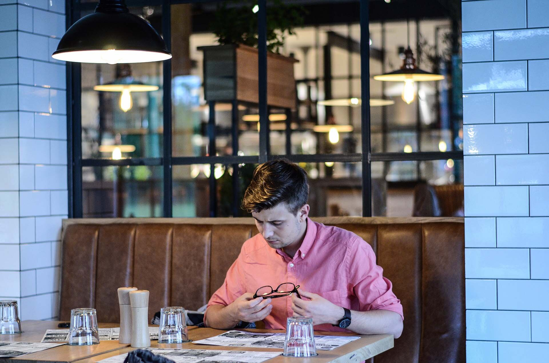 GMALE by Grzegorz Paliś, blog o modzie męskiej, Różowa koszula, Róż w modzie męskiej, Jak nosić różową koszulę, Białe spodnie