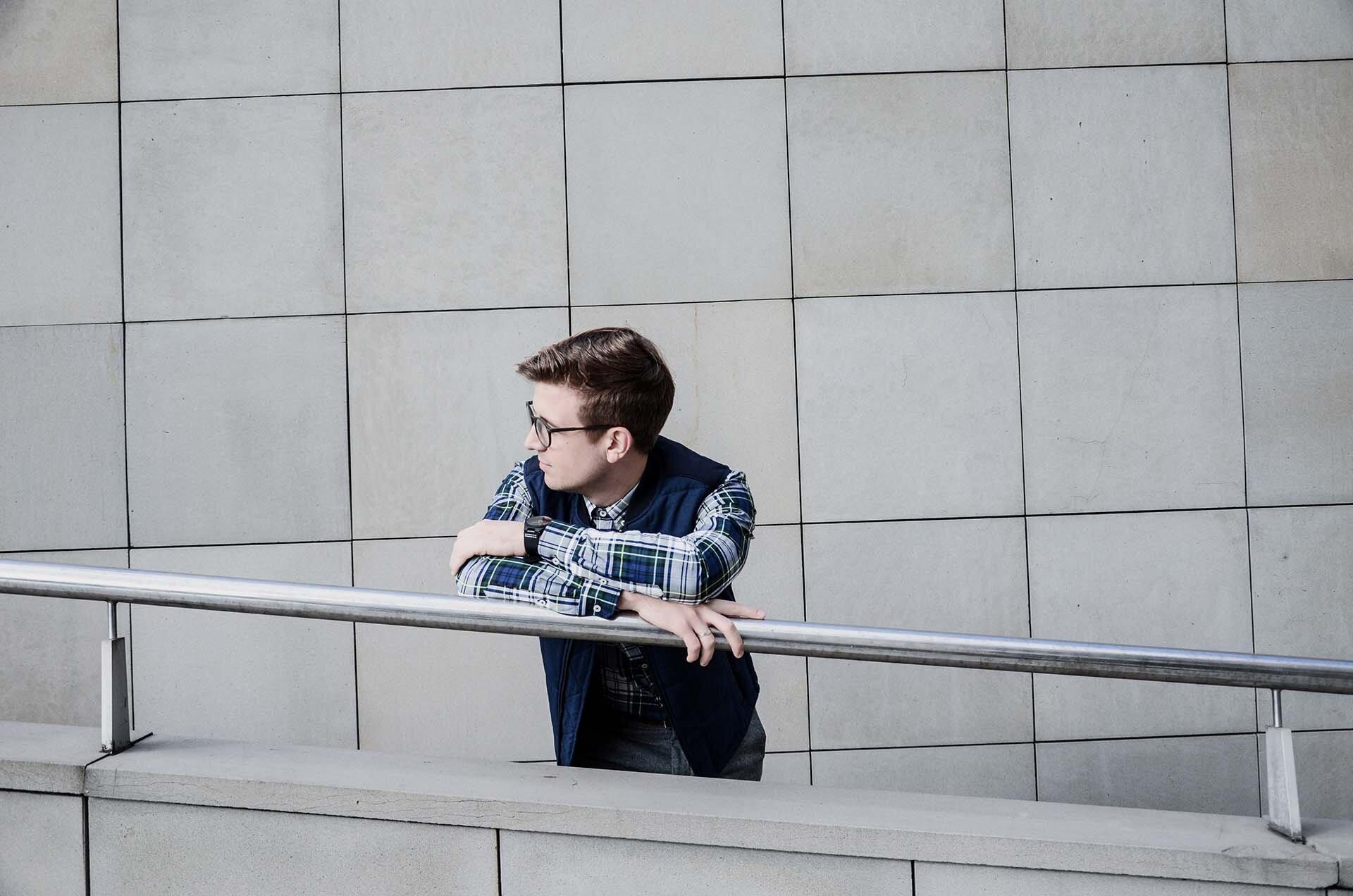 GMALE by Grzegorz Paliś, blog o modzie męskiej, Kamizelka pikowana męska, Ocieplacz męski, Szare spodnie wełniane, Brogsy, Okulary męskie, Casual