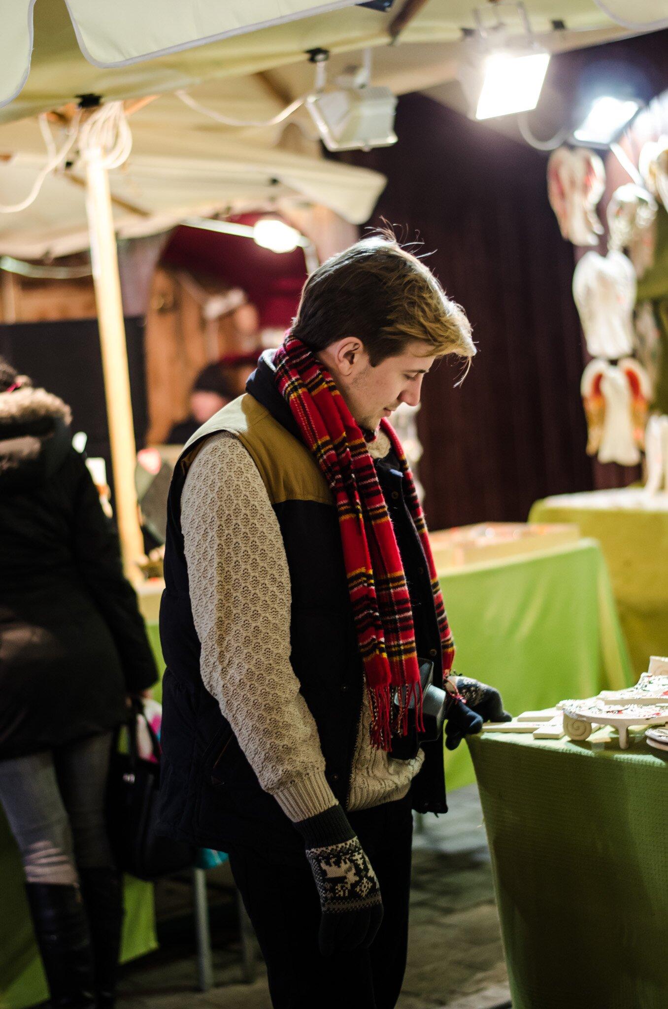 Stylizacje na święta - Czerwony szalik w kratę męski