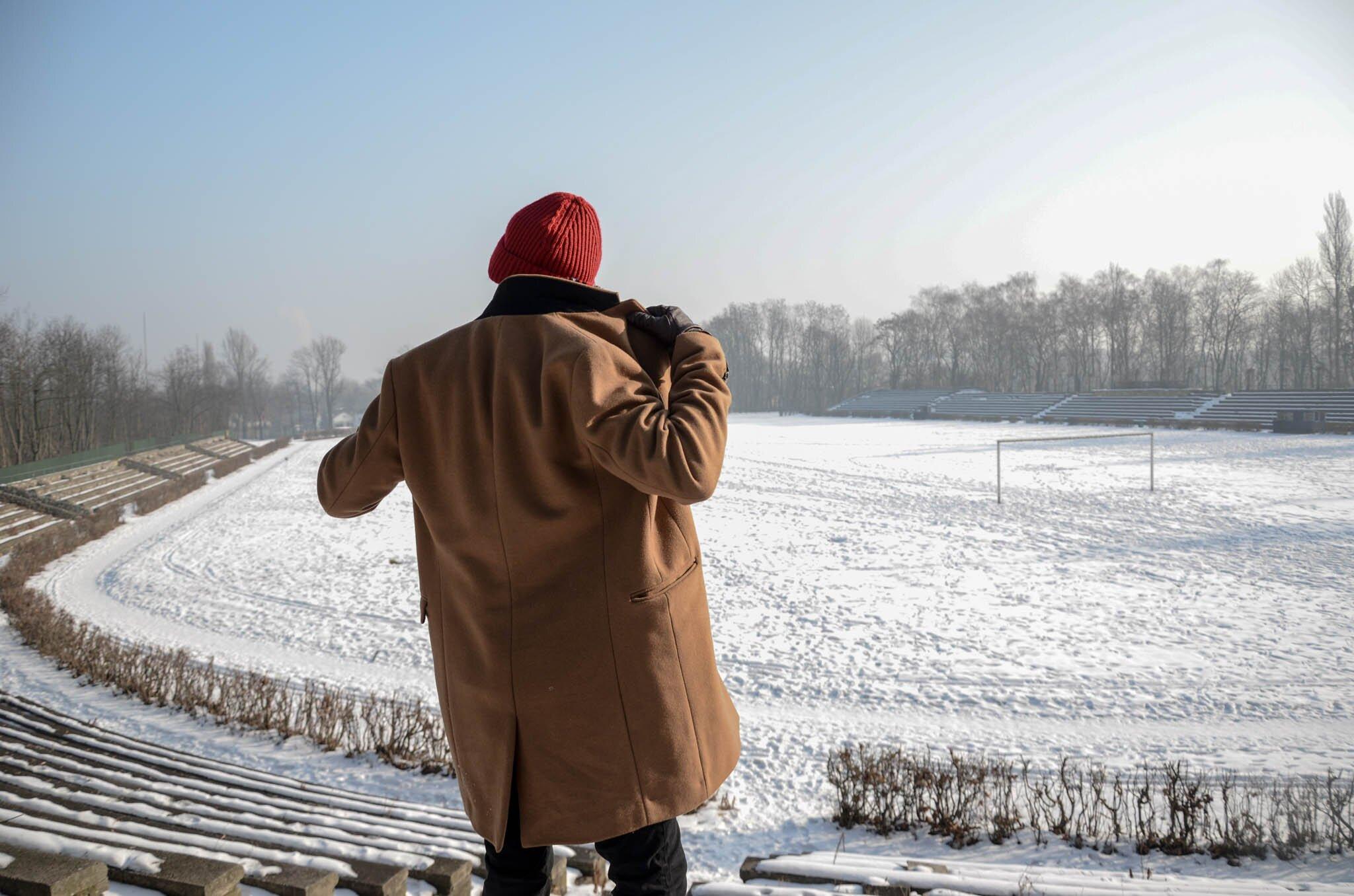 Czerwona czapka męska, Blog o modzie męskiej. Moda męska zimą, Camelowy płaszcz męski