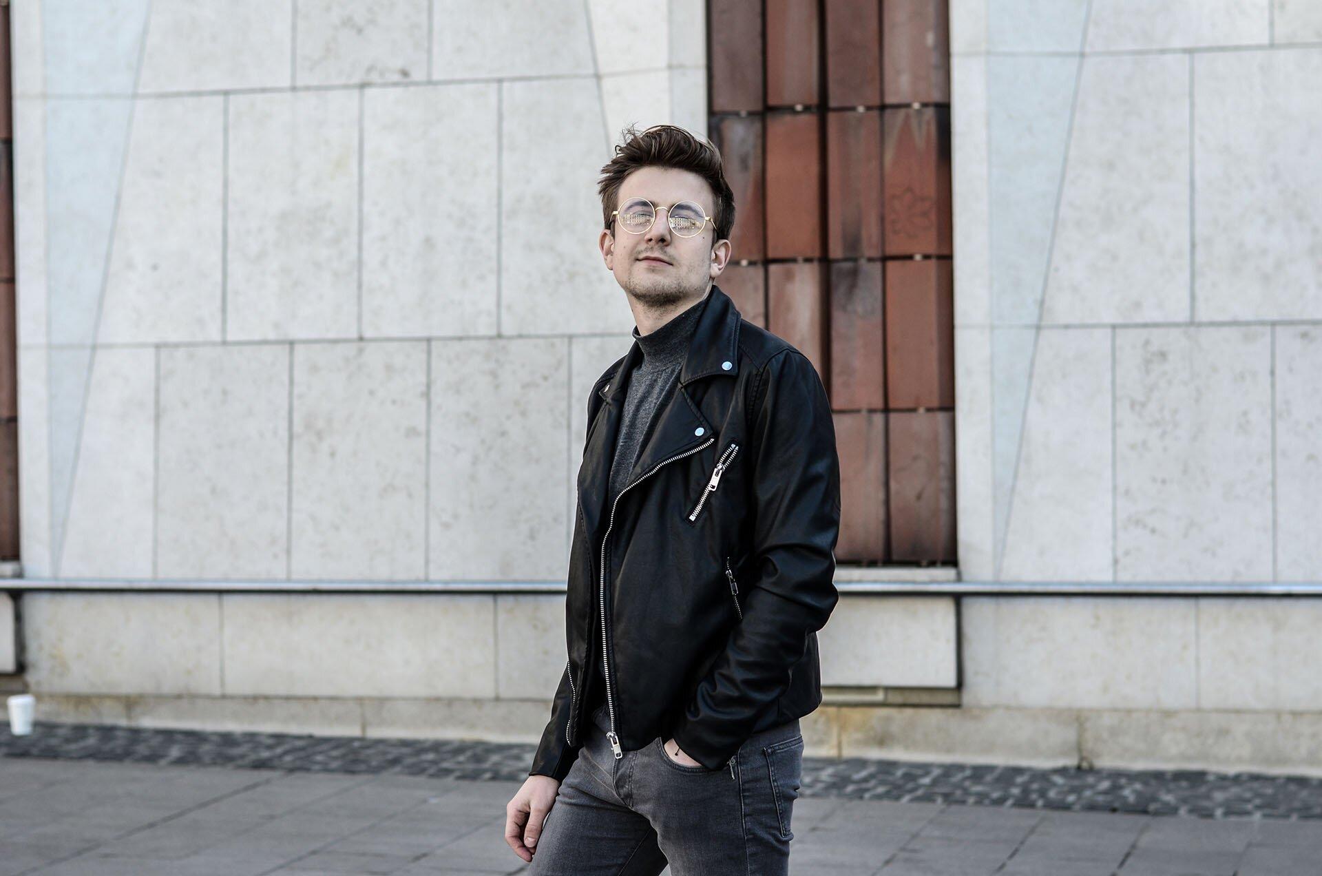 Skórzana ramoneska męska, złote okulary męskie, golf, GMALE, Grzegorz Paliś, Blog moda męska