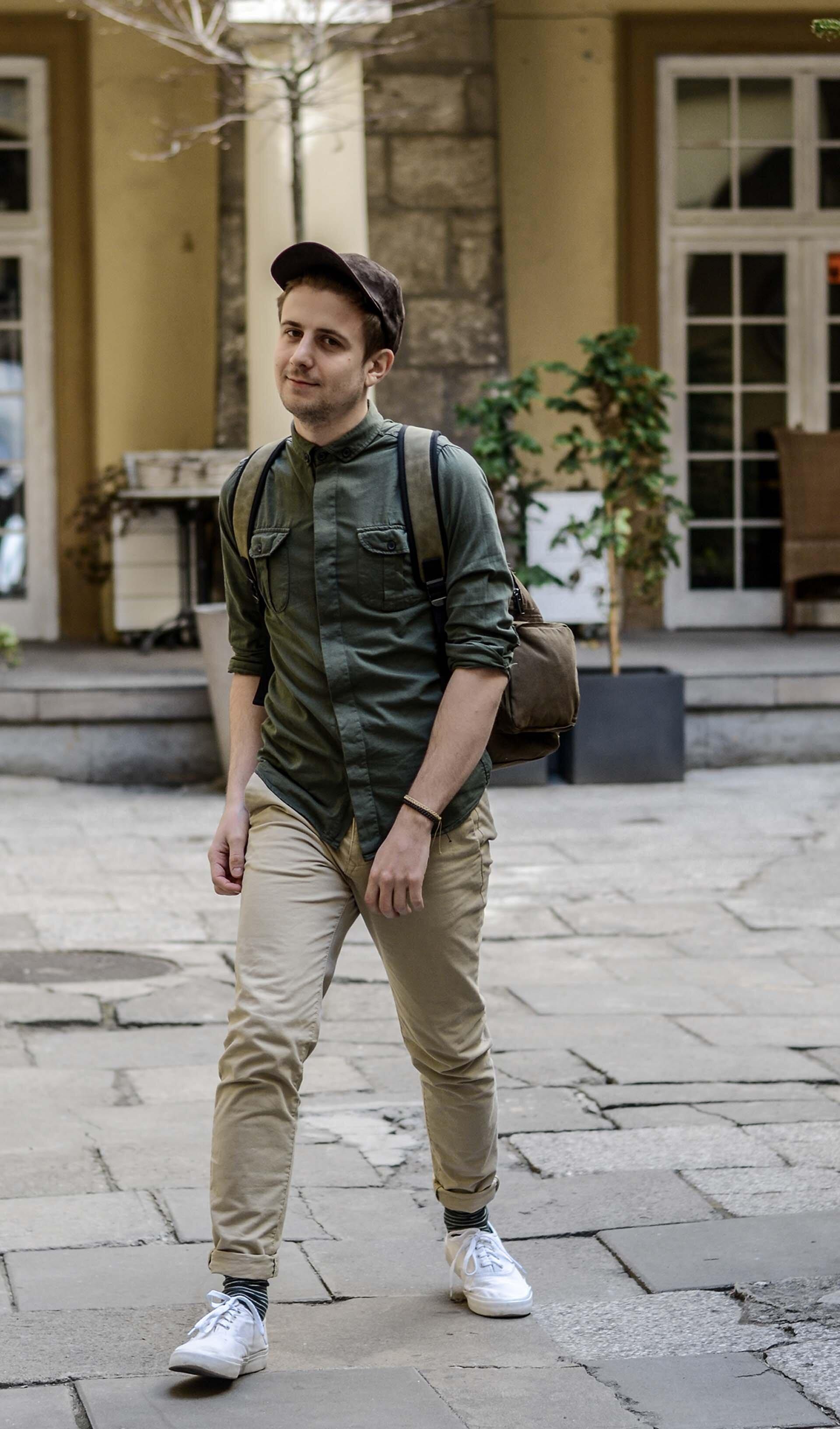 Męskie safari, zielona koszula, masywny plecak męski, zamszowa czapka z daszkiem, GMALE, Blog o modzie męskiej, Grzegorz Paliś