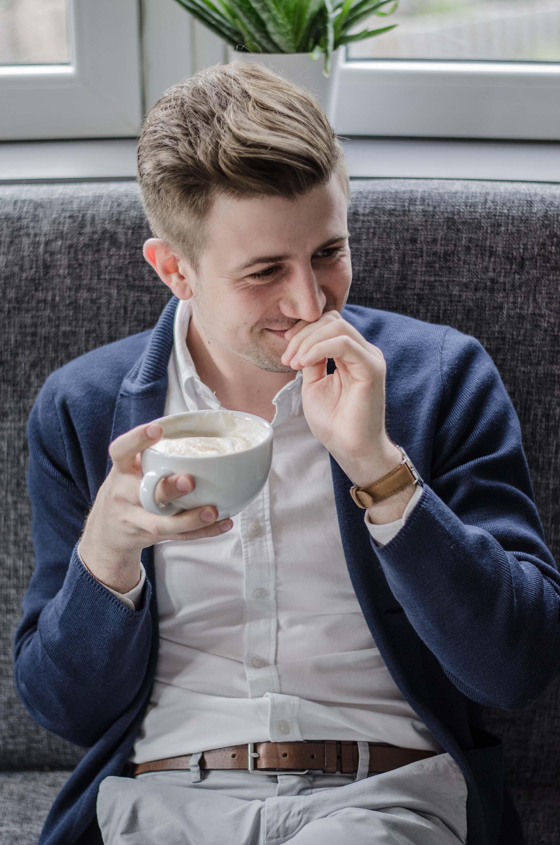 Uśmiechnięty mężczyzna, GMALE uśmiech, Grzegorz Paliś, Mężyczna z kawą, Męskie fryzury