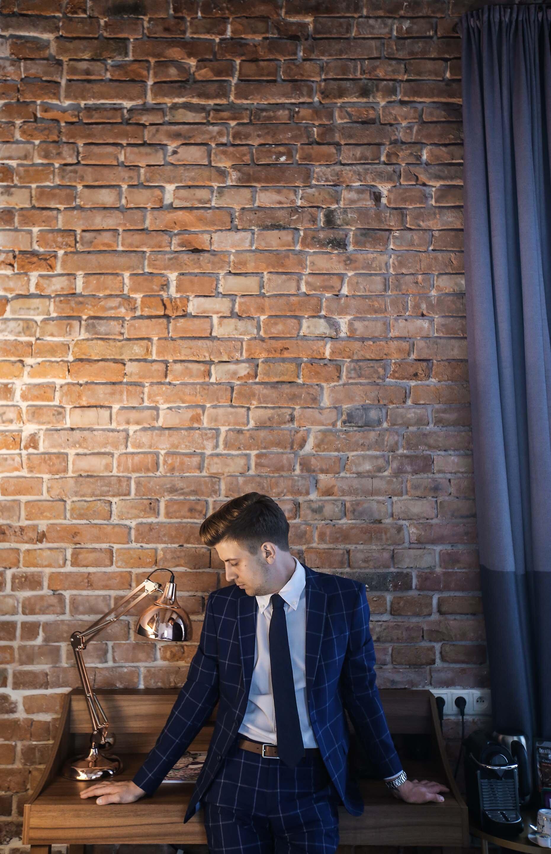 Elegancki mężczyzna, Elegancki garnitur, Grantowy garnitur Zara, Grantowy garnitur w kratę, Zegarek Albert Riele, Zegarek Apart, Kraków Hotel Indigo, GMALE