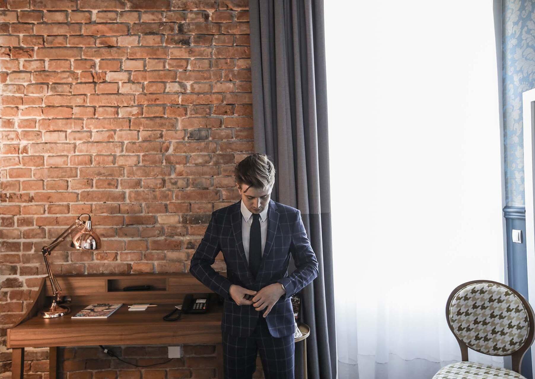 Elegancki mężczyzna, Elegancki garnitur, Grantowy garnitur Zara, Grantowy garnitur w kratę, Zegarek Albert Riele, Zegarek Apart, Kraków Hotel Indigo