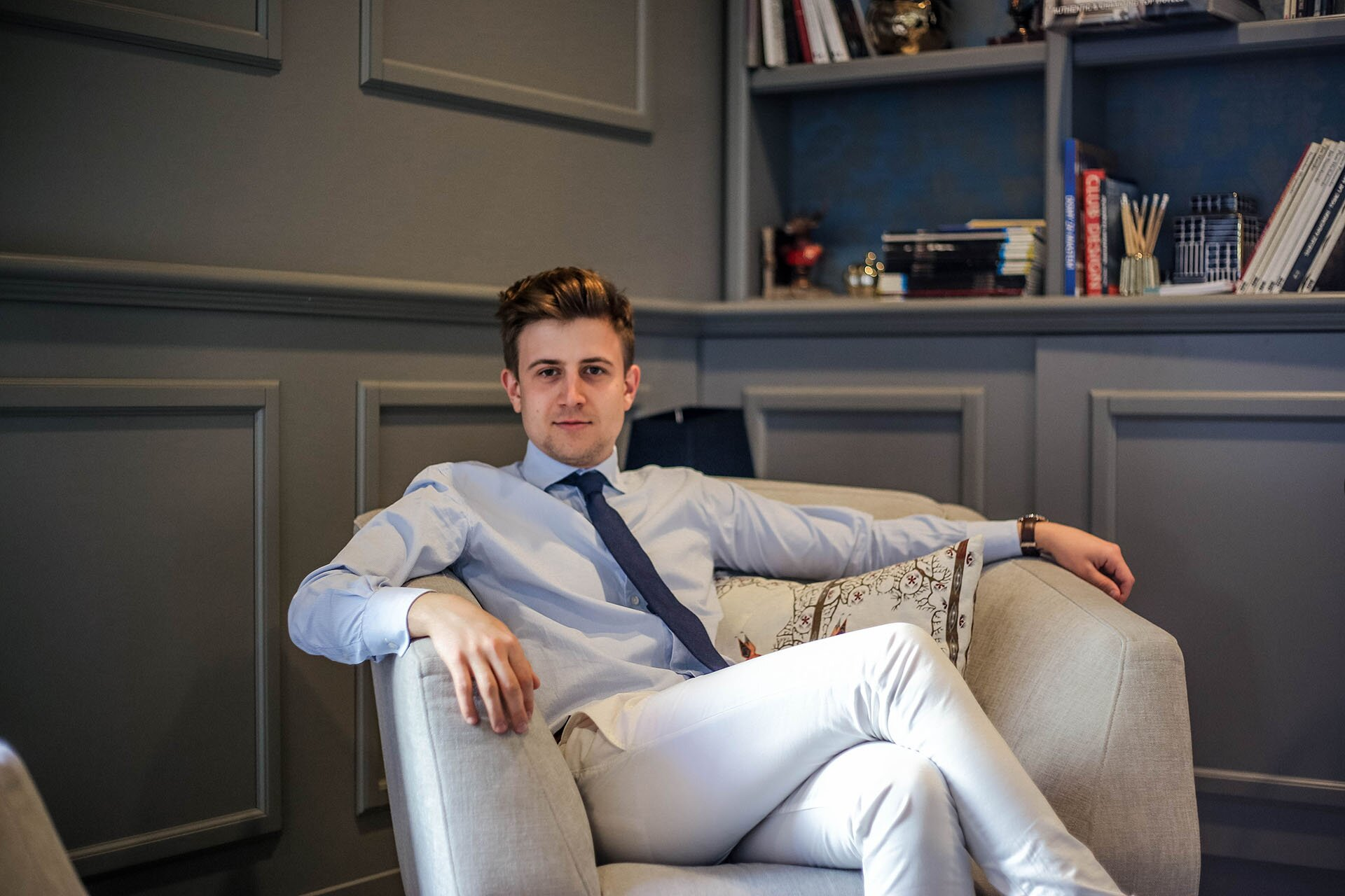 Blog o modzie męskiej, Elegancki mężczyzna, Smart Casual męski,Białe spodnie męskiej, Błękitna koszula męska, GMALE, Grzegorz Paliś, Hotel Indigo Kraków,