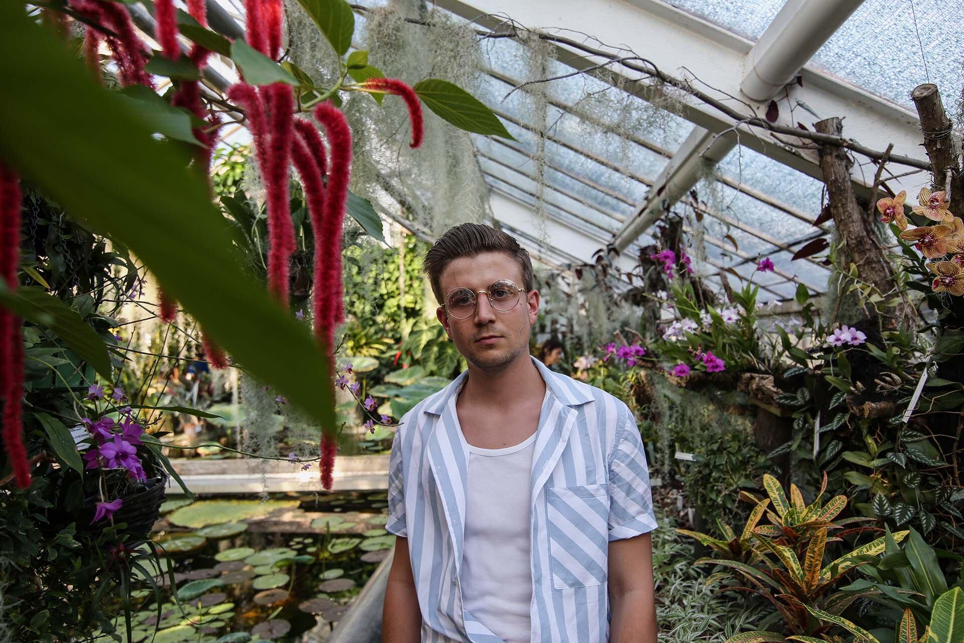 Tropikalna stylizacja męska, Blog o modzie męskiej, Koszula z krótkim rękawem Zara, Ogród Botaniczny Kraków