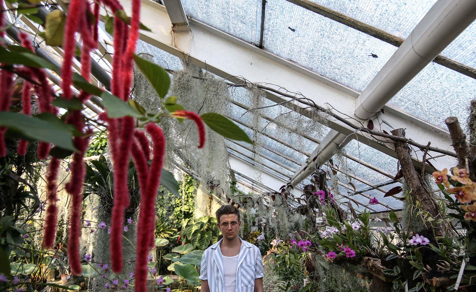 Tropikalna stylizacja męska, Ogród Botaniczny w Krakowie, Moda męska, Blog o modzie męskiej