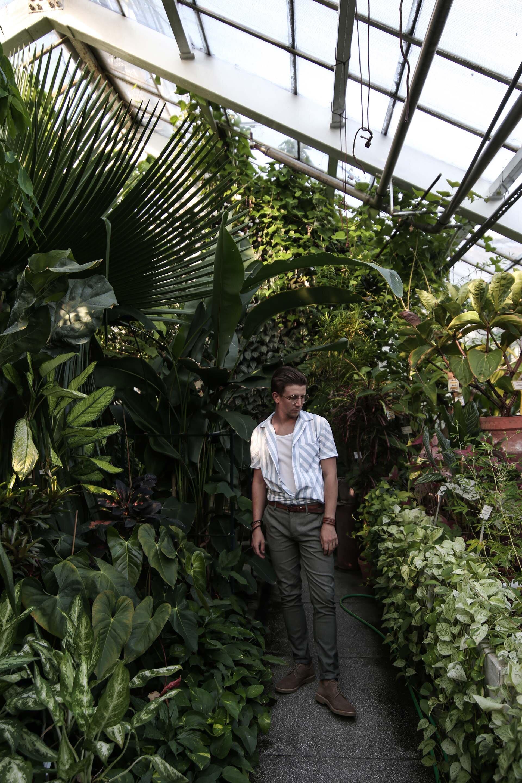 Tropikalna stylizacja męska, Moda męska, Moda męska na lato, Ogród Botaniczny w Krakowie, Koszula z krótkim rękawem