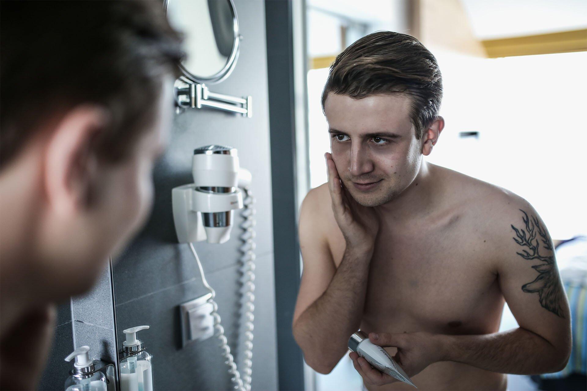 Twarz mężczyzny, Jak dbać o twarz mężczyzny, Eisenberg, Męskie kosmetyki, GMALE blog dla mężczyzn, Moda męska i męski lifestyle, Mężczyzna przy lustrze