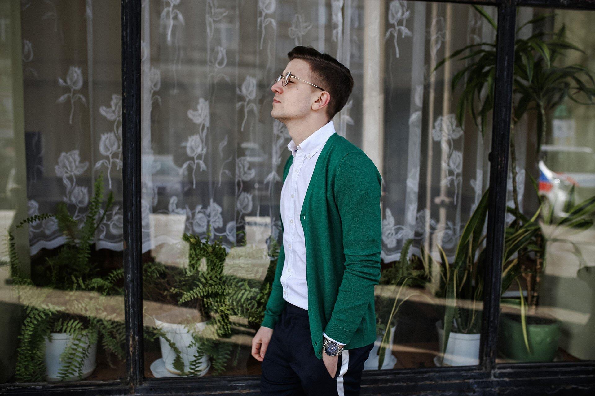 Spodnie z lampasami, Zielony kardigan, Męska stylizacja wiosenna, Moda męska wiosna 2018, Gmale, Blog o modzie męskiej