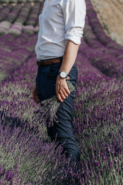 Ogród Pełen Lawendy, Ostrowiec Proszowicki pod Krakowem, Mężczyzna w lawendzie, Polskie pola lawendowe, Biała koszula James Button