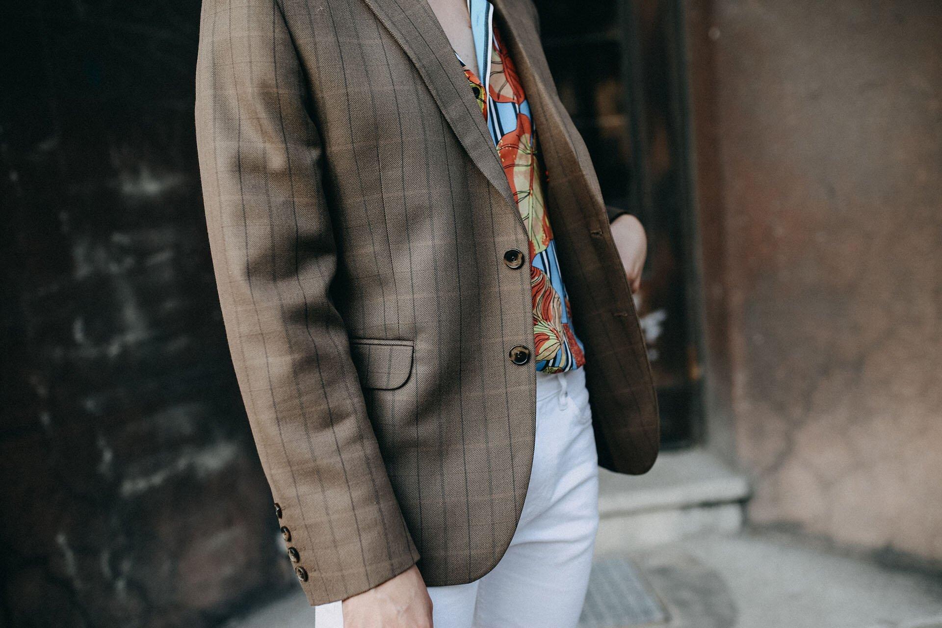 Brązowa marynarka Dastan, koszula w kwiaty, męski casual, moda męska, lato w modzie męskiej, białe męskie spodnie, Grzegorz Paliś, GMALE by Grzegorz Paliś