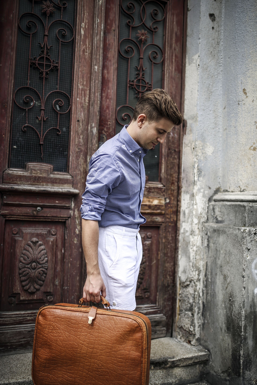 Koszula Massimo Dutti, Koszula męska, Błękitna koszula męska, lniane białe szorty męskie, skórzane penny loafers, moda męska, blog o modzie męskiej, Gmale by Grzegorz Paliś