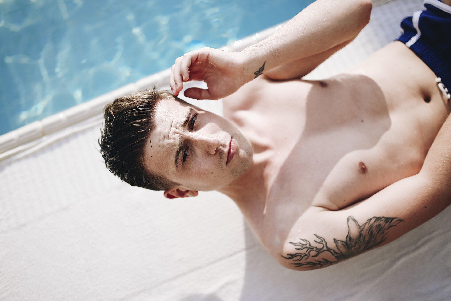 basen kraków, hotel qubus, kąpielówki męskie, alpha male kąpielówki, mężczyzna w kąpielówkach