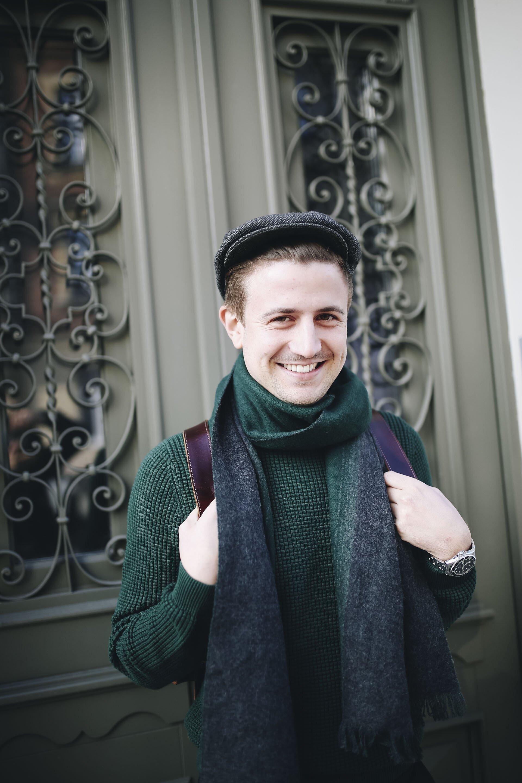 Moda męska na jesień, Jesienny mężczyzna, Sweter butelkowa zieleń, Mężczyzna w kaszkiecie, Zegarek Orient, Grzegorz Paliś, Blog o modzie męskiej