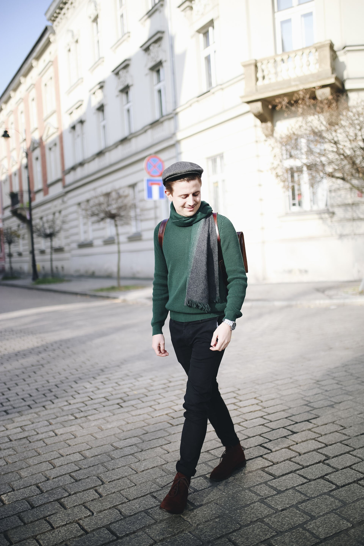 Moda męska na jesień, Jesienny mężczyzna, Sweter butelkowa zieleń, Mężczyzna w kaszkiecie