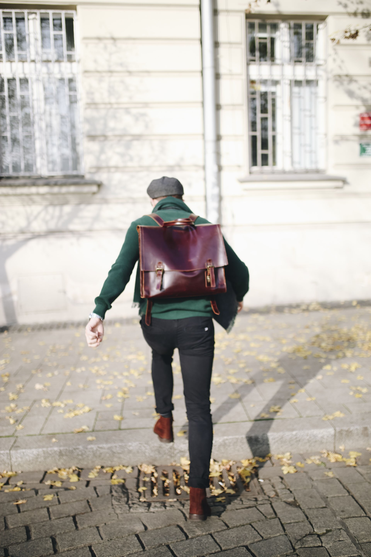 Moda męska na jesień, Jesienny mężczyzna, Sweter butelkowa zieleń, Mężczyzna w kaszkiecie, Blog o modzie męskiej, Jak się ubrać na jesień