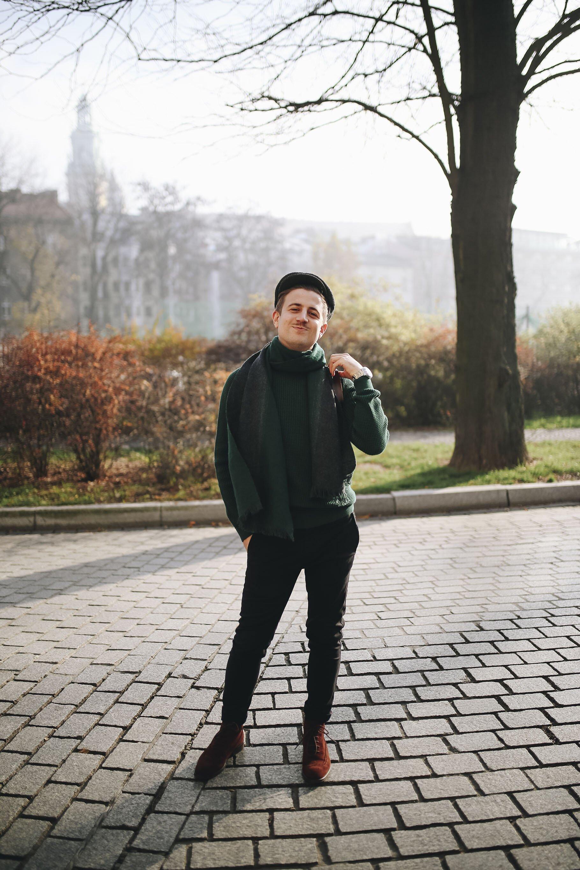 Moda męska na jesień, Jesienny mężczyzna, Sweter butelkowa zieleń, Mężczyzna w kaszkiecie, Blog o modzie męskiej