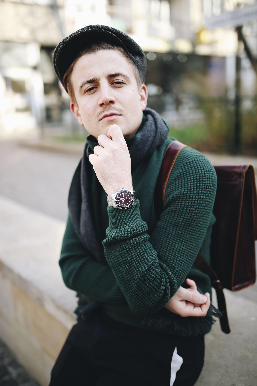 Moda męska na jesień, Jesienny mężczyzna, Sweter butelkowa zieleń, Mężczyzna w kaszkiecie, Zegarek Orient, Grzegorz Paliś, Blog o modzie męskiej, Mężczyzna z wąsem