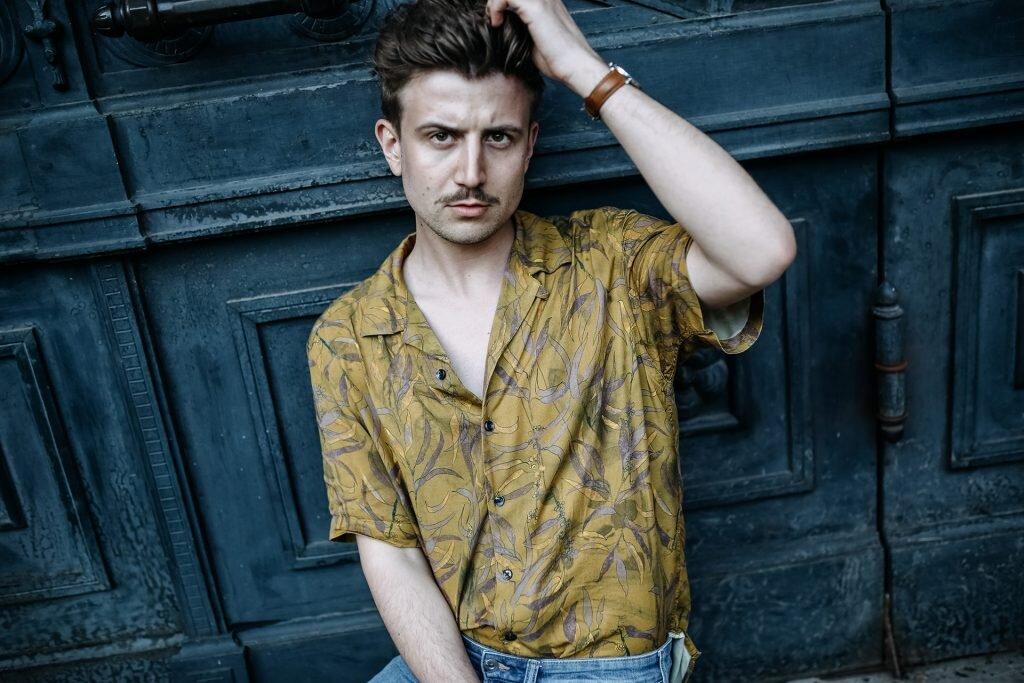 Kwiecista koszula z krótkim rękawem, Koszula męska Reserved, Plac Szczepański Kraków, GMALE blog o modzie męskiej, Blogi gejowskie, Blogi dla gejów, Moda męska dla gejów